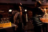 Stig Gaustad og Morten Haukeland stanser en slosskamp. Sentrum Politistasjons etteretningsavdeling følger med på utelivet i Oslo sentrum. . (Foto:Fredrik Naumann/Felix Features)