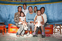 gruppo di famiglia mongolo, donne  e bambine all'interno di una iurta - groupe familial de Mongolie, femmes et filles dans une yourte - family group of Mongolian women and girls in a yurt