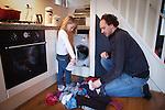 Nederland, Amsterdam , 29-01-2009 - Vader doet de was met  zijn dochter van vier jaar (model released) . Foto: Gerard Til