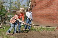 Schulgarten, Fläche am Schulgebäude, auf der ein Schmetterlingsgarten angelegt werden soll, Garten der Grundschule Nusse wird als Projektarbeit von einer 1. Klasse gestaltet, Kinder lockern den Boden mit Hacken, Gartenarbeit