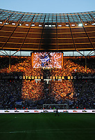 1. Oktober 2011: Berlin, Olympiastadion: Fussball 1. Bundesliga, 8. Spieltag: Hertha BSC - 1. FC Koeln: Fans von Hertha BSC halten ihre Schals in die Luft, das Marathontor im Stadion wirft eine Silhouette eines Menschen auf die Fans.
