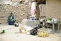 Irak 2000.Marchand de légumes dans un camp de déplacés à Erbil.       Iraq 2000.Selling vegetables in a IDP's camp