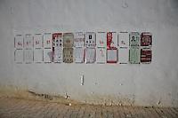 23 ottobre 2011 Tunisi, elezioni libere per l'Assemblea Costituente, le prime della Primavera araba: un muro dove sono appesi alcuni cartelloni elettorali dei vari partiti candidati.October 23, 2011 Tunis, free elections for the Constituent Assembly, the first of the Arab Spring: a wall with some posters electoral candidates from different parties.<br /> <br /> premieres elections libres en Tunisie octobre <br /> tunisian elections
