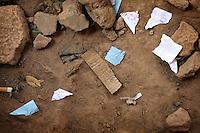 Le soir venu, Mamounata, qui travaille de 15H à 23 heures retrouve sur le sol, une fois tous les parieurs partis de multiples bouts de papier sur lesquels sont écrits des pronostics.