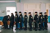 Milizionäre stimmen ab, Abstimmung am 22.03.2015 bei den Governeurswahl in   Gagusien,   hier Wahllokal in Comrat, der Hauptstadt des autonomen Gebietes Gagausiens in dem ca. 160000 Einwohner leben, die Republik Moldau ist eines der ärmsten Länder Europas / Carbineers at poling station in Comrat