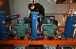 Foto: VidiPhoto<br /> <br /> DODEWAARD - Personeel van Koeltechnisch Buro Raamsdonksveer installeert maandag bij het fruitteeltbedrijf van Sander en Herman de Vree een milieuvriendelijk koelinstallatie voor de tien koelcellen met fruit. Het gaat om een oude vorm van koeling die werkt op ammoniak en nu weer in de sector nieuw leven wordt ingeblazen. Ammoniak is een product uit de natuur, i.t.t het samengestelde freon. Verreweg de meeste koelcellen bij fruitteeltbedrijven, uitgezonderd de grote cellen bij veilingen, werken nog op het schadelijke freongas. Voor een relatief kleine teler (20 ha.) als De Vree is dit een flinke investering, maar volgens de Betuwse ondernemer is met het nieuwe duurzame systeem de helft minder energie nodig. Het gebruik van freongas is nog tot 2025 toegestaan.