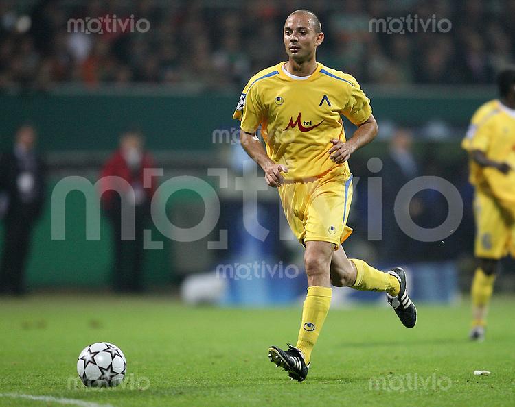 Fussball  Champions League  Gruppe A  Saison 2006/2007 Stanislav Angelov (Lewski Sofia), Einzelaktion am Ball