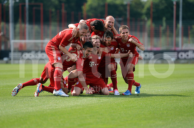 FUSSBALL     1. BUNDESLIGA     SAISON  2012/2013     30.07.2012 Fototermin beim  FC Bayern Muenchen  Bastian Schweinsteiger,  Arjen Robben, Emre Can, Toni Kroos, Mitchell Weiser, Mario Mandzukic, Philipp Lahm (v. li.)
