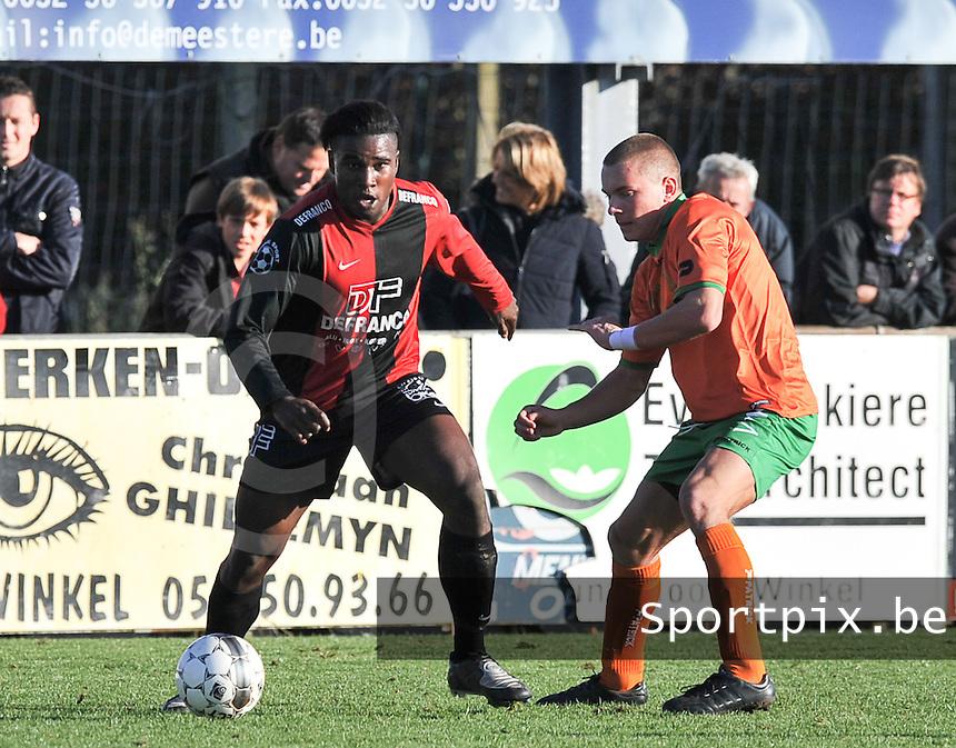 Winkel Sport - TK Meldert : Yves Ngabu aan de bal voor Kevin Franck.foto VDB / BART VANDENBROUCKE
