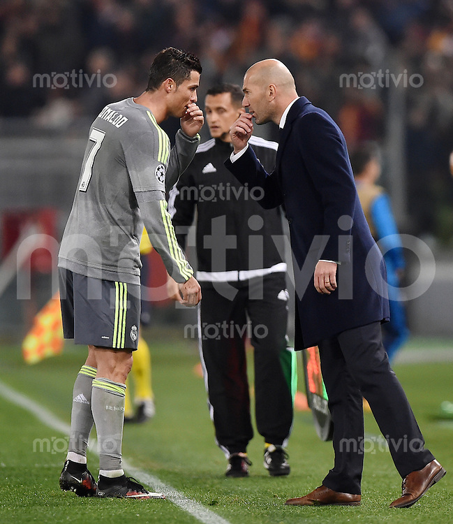 FUSSBALL CHAMPIONS LEAGUE  SAISON 2015/2016 ACHTELFINAL HINSPIEL AS Rom - Real Madrid                 17.02.2016 Trainer Zinedine Zidane (re, Real Madrid) mit Cristiano Ronaldo (Real Madrid)