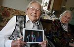 Foto: VidiPhoto<br /> <br /> OOSTERBEEK - Geen duizenden bezoekers die haar toejuichten. Toch was het voor Mies Aalbers uit Oosterbeek woensdag eveneens een gedenkwaardige dag. Ze vierde in aanwezigheid van familie en kennissen in kleine kring haar verjaardag. Ze werd 98 jaar, precies tweemaal zo oud als prins Willem-Alexander. Mies woont met hulp van wijkverpleging en mantelzorgers nog steeds zelfstandig.