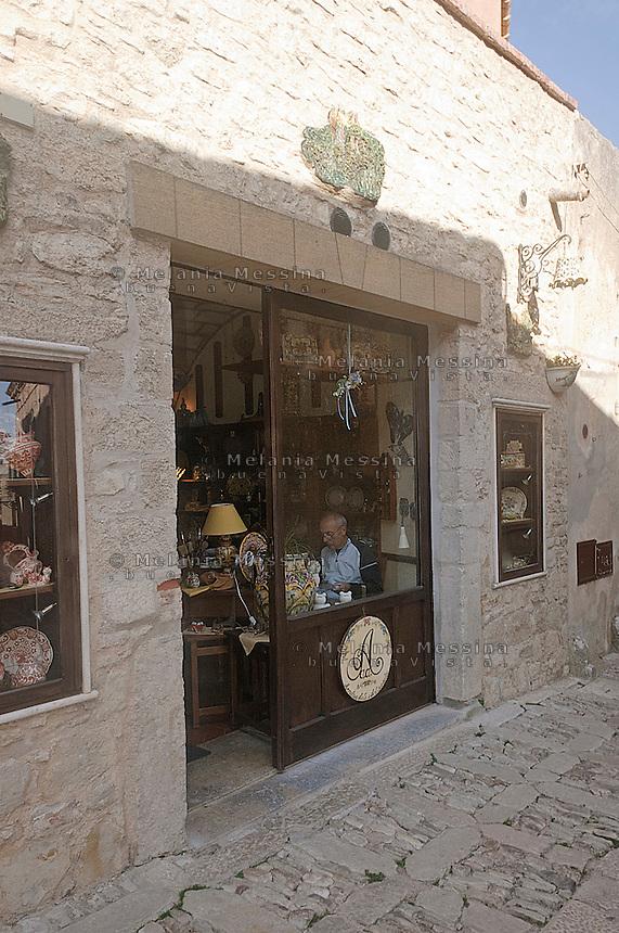 Borgo di Erice, artigiano della ceramica.<br /> artisan working pottery in the ancient village of Erice