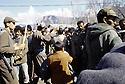 Turquie 1991.Les réfugiés kurdes sur la frontière: soldats surveillant la foule.Turkey 19991.Kurdish refugees on the border: soldier with stick trying to control the crowd of refugees