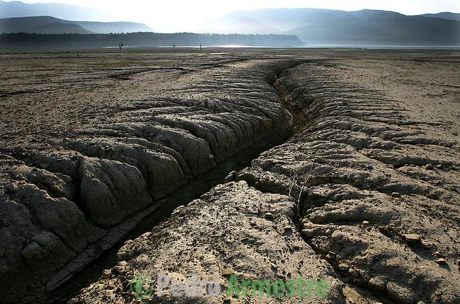 Surcos dejados por la ausencia de agua en el embalse de Mediano, en la provincia de Huesca. 15 Mayo 2005. (c) Pedro ARMESTRE