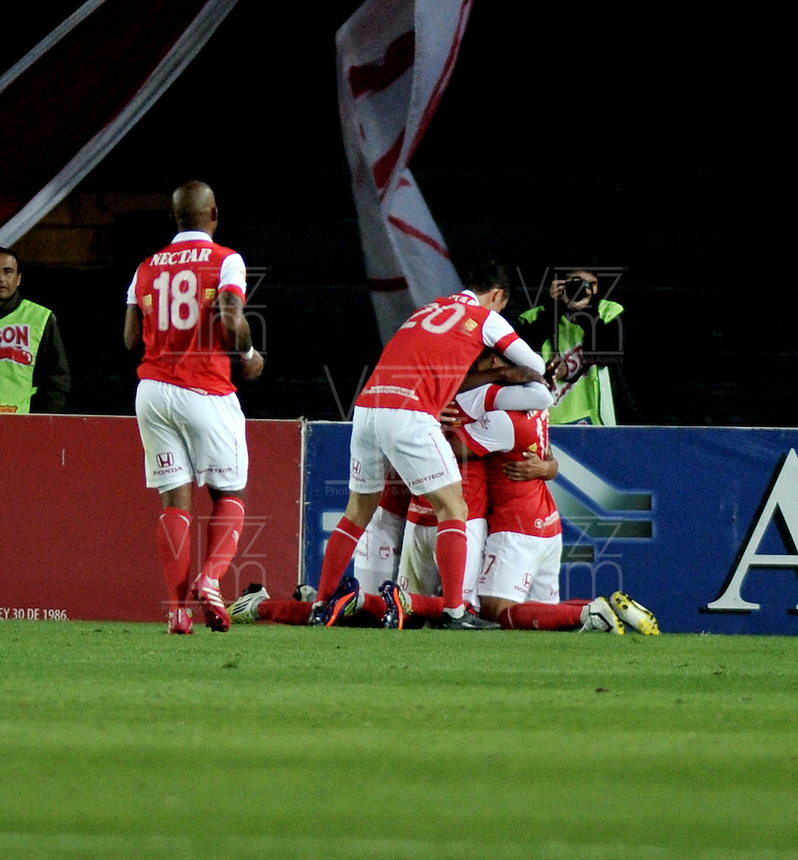 BOGOTA- COLOMBIA -04 -02-2014: Los jugadores Independiente Santa Fe celebran el gol anotado durante partido de la tercera fecha de la Liga Postobon I 2014, jugado en el Nemesio Camacho El Campin de la ciudad de Bogota. / The players of Independente Santa Fe celebrate a goal scored during a match for the thirddate of the Liga Postobon I 2014 at the Nemesio Camacho El Campin Stadium in Bogoto city. Photo: VizzorImage  / Luis Ramirez / Staff