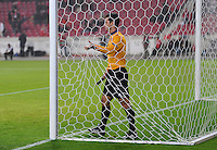 FUSSBALL   EUROPA LEAGUE   SAISON 2012/2013    VfB Stuttgart - FC Kopenhagen   25.10.2012 Additional Assistant Schiedsrichter Carlos Xistra (Portugal)  prueft das Tornetz