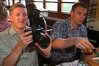 FUSSBALL 1. BUNDESLIGA   SAISON 2012/2013 Die Mannschaft des FC Bayern Muenchen besucht das Oktoberfest am 07.10.2012 Bastian Schweinsteiger macht Fotos in der Kaefer Wiesnschaenke mit Torwart Manuel Neuer (v. li., )