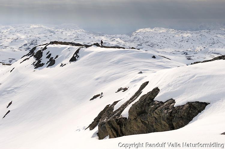 Person på vei ned fra Daudingstind i Finnmark ---- Girl in mountains