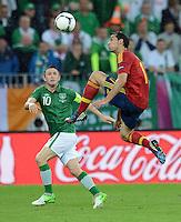FUSSBALL  EUROPAMEISTERSCHAFT 2012   VORRUNDE Spanien - Irland                     14.06.2012 Robbie Keane (li, Irland) gegen Alvaro Arbeloa (re, Spanien)