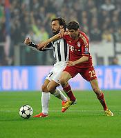 FUSSBALL  CHAMPIONS LEAGUE  VIERTELFINALE  RUECKSPIEL  2012/2013      Juventus Turin - FC Bayern Muenchen        10.04.2013 Andrea Pirlo (li, Juventus Turin) gegen Thomas Mueller (re, FC Bayern Muenchen)