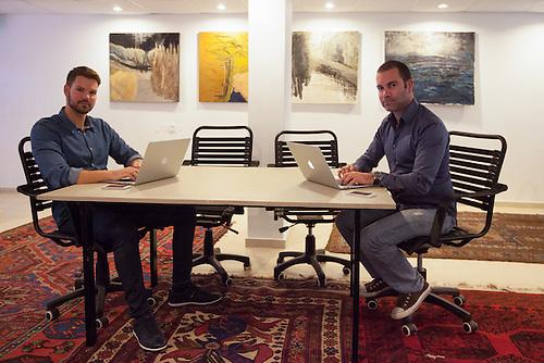 Tel Aviv, Israel, Jan 2014 Jonathan Friedman e son partenaire, ont monte une startup appellee shoptagr. Ils travaillent a l'Hub tech de l'hotel Diaghilev ou de jeunes entrepreneurs viennent promouvoir leur idee en profitant de la presence de businessmen de passage a Tel Aviv.