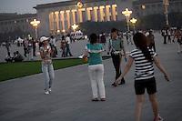 La garde commence l'évacuation à la nuit tombée. Place Tiananmen, Mai 2009.