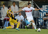 FUSSBALL   INTERNATIONAL   UEFA EUROPA LEAGUE   SAISON 2013/2014    Qualifikation VfB Stuttgart - Botev Plovdiv    08.08.2013 Christian Gentner (re, VfB Stuttgart) gegen Boris Galchev (Botev Plovdiv)