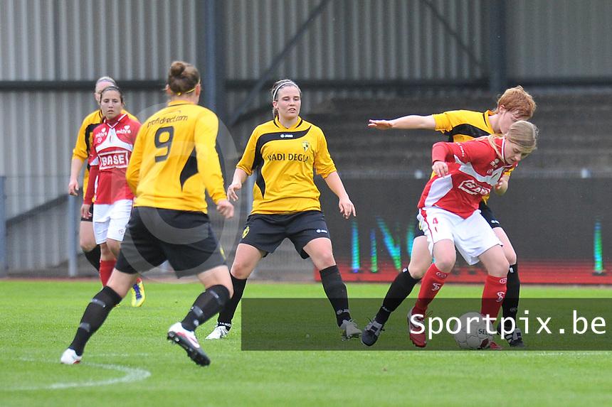 Bekerfinale 2012 : WD Lierse SK - Standard Femina :.Julie Biesmans aan de bal voro Marlies Verbruggen (midden).foto David Catry / Joke Vuylsteke / Vrouwenteam.be