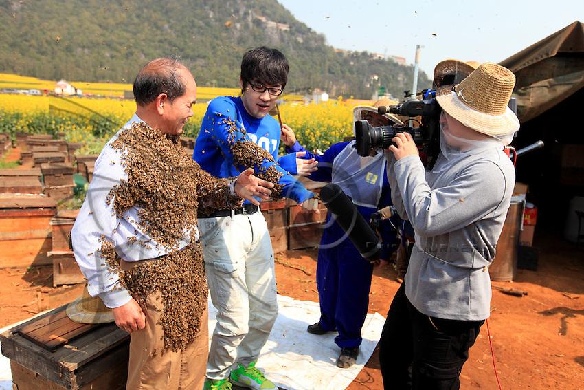 Pendant le show, Monsieur Yang Chuan et le présentateur de CCTV4.///During the show, Mister Yang Chuan and the anchorman from CCTV4.
