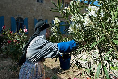 Jerusalem, mai 2011. Monastere des Clarisses de Jerusalem. Une soeurs travaille dans le jardin.