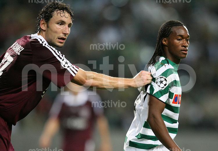 Fussball International Champions League 2006/2007 Sporting Lissabon 0-1 FC Bayern Muenchen Alles im Griff; Mark Van Bommel(FC B,li) gegen Yannick (L)