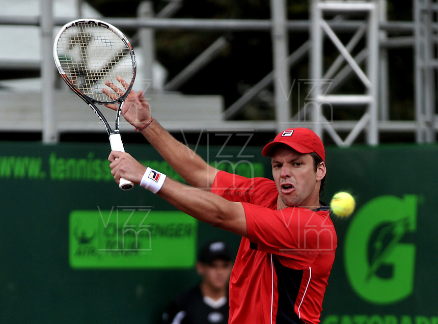 BOGOTA - COLOMBIA -06 -11-2013: Horacio Zeballos, tenista de Argentina  devuelve la bola a Martin Alund, tenista de Argentina, durante partido de la primera ronda del Seguros Bolivar Open en el Club Campestre el Rancho de la ciudad de Bogota. / Horacio Zeballos, Argentina tennis player returns the ball to Martin Alund,Argentina tennis player during a match for the first round of the Seguros Bolivar Open in the Club Campestre El Rancho in Bogota city.Photo: VizzorImage  / Luis Ramirez / Staff.