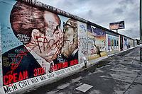 Berlino 16 Settembre 2013<br />  East Side Gallery, il muro di Berlino dipinto da vari artisti  tra  il vecchio confine tra il comunista Berlino Est e Ovest durante la Guerra Fredda,nel quartiere di Friedrichshain.La raffigurazione del bacio fraterno tra Leonid  Brežnev (L) ed Erich Honecker alla East Side Gallery &egrave; stata vandalizzata con una scritta contro l'omofobia in Russia<br />  The art on the old Berlin Wall at the East Side Gallery, the former border between Communist East and West Berlin during the Cold War. The depiction of the brotherly kiss between Leonid Breschnew (L) and Erich Honecker at the East Side Gallery has been vandalised with an inscription against homophobia in Russia