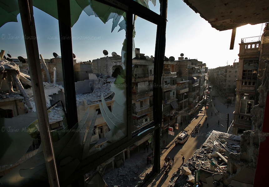 Apartment blocks destroyed by shelling and air bombing in the Sha'ar neighborhood of Aleppo. A nearby hospital has been hit over a dozen times. ..© Javier Manzano