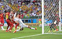 FUSSBALL WM 2014  VORRUNDE    GRUPPE G     Deutschland - Ghana                 21.06.2014 Miroslav Klose (Mitte, Deutschland) erzielt das 2:2. John Boye (li) und Torwart Fatau Dauda (re, beide Ghana) koennen nichts ausrichten