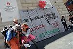 Free Palestine, Stop arming Israel, flash mob alla mostra di Banksy