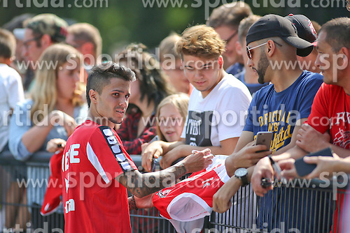 16.07.2015, Geissbockheim, Koeln, GER, 1. FBL, 1. FC Koeln, Training, im Bild Neuzugang Leonardo Bittencourt (1. FC Koeln #21) verteilt Autogramme an die Fans // during a practice session of German Bundesliga Club 1. FC Cologne at the Geissbockheim in Koeln, Germany on 2015/07/16. EXPA Pictures &copy; 2015, PhotoCredit: EXPA/ Eibner-Pressefoto/ Schueler<br /> <br /> *****ATTENTION - OUT of GER*****