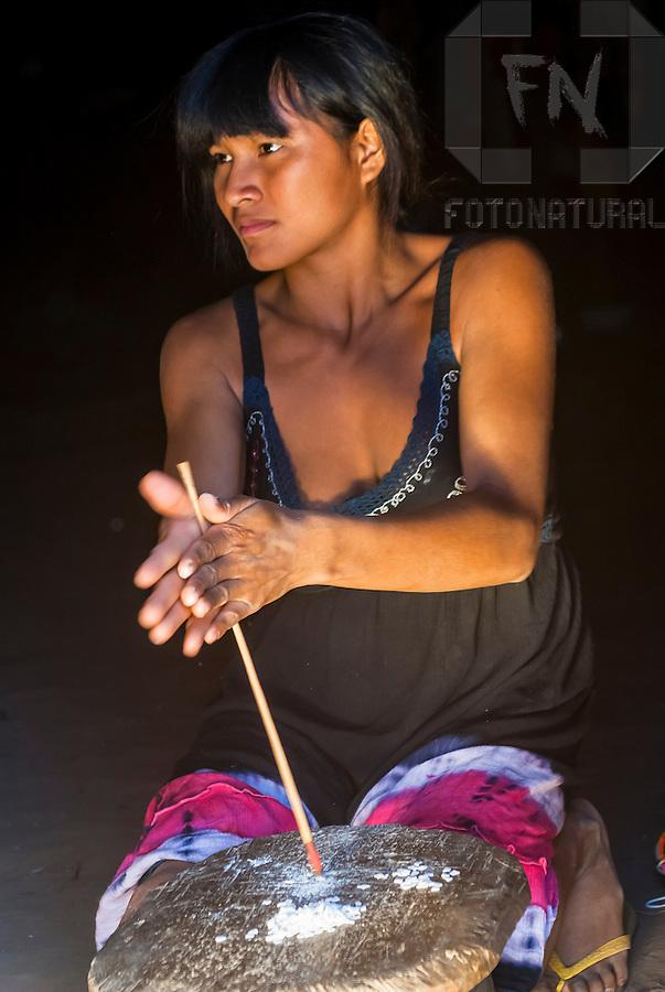 Armario Que Plancha La Ropa ~  u00cdndia Kalapalo fazendo artesanato na Aldeia Aiha no Parque Indígena do Xingu Kalapalo woman