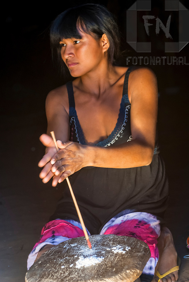 Walmart Aparador De Sala ~  u00cdndia Kalapalo fazendo artesanato na Aldeia Aiha no Parque Indígena do Xingu Kalapalo woman