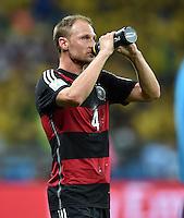 FUSSBALL WM 2014                HALBFINALE Brasilien - Deutschland          08.07.2014 Benedikt Hoewedes (Deutschland) goennt sich eine Erfrischung