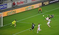 FUSSBALL   EUROPA LEAGUE   SAISON 2012/2013    VfB Stuttgart - FC Kopenhagen   25.10.2012 Additional Assistant Schiedsrichter Carlos Xistra (Oben Re, Portugal) beobachtet die Torraumszene