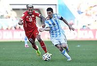 FUSSBALL WM 2014                ACHTELFINALE Argentinien - Schweiz                  01.07.2014 Valon Behrami (li, Schweiz) gegen Lionel Messi (re, Argentinien)