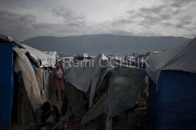 © Remi OCHLIK/IP3 - Port Au Prince on 2010 november 10 - Water distribution in the Aviation stadium refuggees camp -
