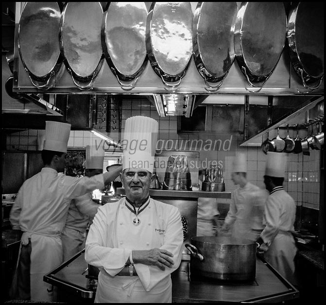 Europe/France/Rhone-Alpes/69/Rhone/env de Lyon/Collonges -au-Mont-d'Or&nbsp;: Restaurant &quot;Paul Bocuse&quot; Paul Bocuse devant les fourneaux de sa cuisine [Non destin&eacute; &agrave; un usage publicitaire - Not intended for an advertising use]<br /> PHOTO D'ARCHIVES // ARCHIVAL IMAGES<br /> FRANCE 2000
