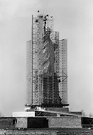 November 1985, Manhattan, New York City, New York State, USA --- The Statue of Liberty under renovation. The renovation was carried out by LCM corporation ( Les Metalliers Champenois) based in Patterson, New Jersey. LCM was founded by french artisans who came from france for the restoration. --- Image by © JP Laffont/Sygma/Corbis