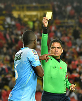 BOGOTA - COLOMBIA - 13 - 05 - 2017: Hervin Otero (Der.), arbitro, muestra tarjeta amarilla a Kevin Londoño (Izq.), jugador de Jaguares F. C., durante partido de la fecha 18 entre Independiente Santa Fe y Jaguares F. C., por la Liga Aguila I-2017, en el estadio Nemesio Camacho El Campin de la ciudad de Bogota. / Hervin Otero (R), referee, shows yellow card to Kevin Londoño (L) player of Jaguares F. C.,  during a match of the date 18th between Independiente Santa Fe and Jaguares F. C., for the Liga Aguila I -2017 at the Nemesio Camacho El Campin Stadium in Bogota city, Photo: VizzorImage / Luis Ramirez / Staff.