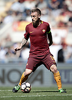 Calcio, Serie A: Roma, stadio Olimpico, 14 aprile 2017.<br /> Roma's Daniele De Rossi in action during the Italian Serie A football match between Roma and Atalanta at Rome's Olympic stadium, April 14, 2017.<br /> UPDATE IMAGES PRESS/Isabella Bonotto
