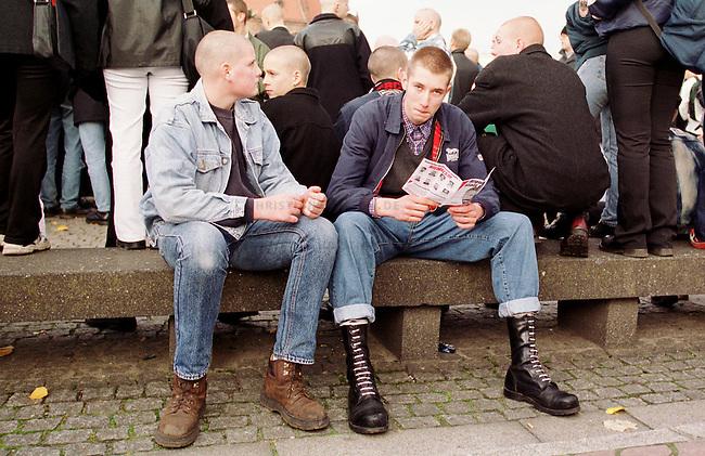 Etwa 1.200 Neonazis und Skinheads versammelten sich in Berlin zu einer Demonstration unter dem Motto: &quot;Meinungsfreiheit statt Verbote&quot;. Aufgerufen hatte eine sogenannte &quot;Kameradschaft Germania Berlin&quot;.<br /> Hier: Skinheads lesen NPD-Propagandamaterial.<br /> 4.11.2000, Berlin<br /> Copyright: Christian-Ditsch.de<br /> [Inhaltsveraendernde Manipulation des Fotos nur nach ausdruecklicher Genehmigung des Fotografen. Vereinbarungen ueber Abtretung von Persoenlichkeitsrechten/Model Release der abgebildeten Person/Personen liegen nicht vor. NO MODEL RELEASE! Nur fuer Redaktionelle Zwecke. Don't publish without copyright Christian-Ditsch.de, Veroeffentlichung nur mit Fotografennennung, sowie gegen Honorar, MwSt. und Beleg. Konto: I N G - D i B a, IBAN DE58500105175400192269, BIC INGDDEFFXXX, Kontakt: post@christian-ditsch.de<br /> Bei der Bearbeitung der Dateiinformationen darf die Urheberkennzeichnung in den EXIF- und  IPTC-Daten nicht entfernt werden, diese sind in digitalen Medien nach &sect;95c UrhG rechtlich gesch&uuml;tzt. Der Urhebervermerk wird gemaess &sect;13 UrhG verlangt.]