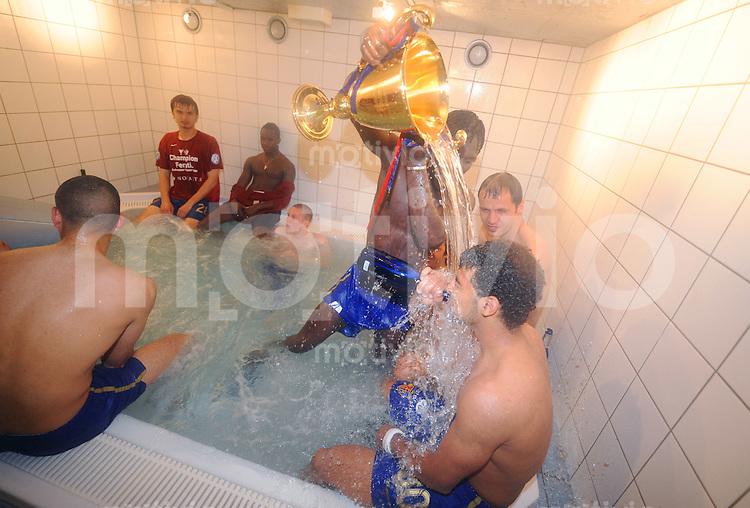 FUSSBALL   Super - League  SAISON 2007/2008   10.05.2008 FC Basel - BSC Young Boys Bern Papa Malick BA (li) schuettet Wasser aus dem Pokal ueber CARLITOS (re, beide Basel) im  Whirlpool.