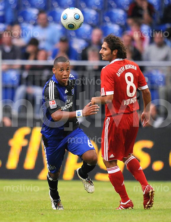 FUSSBALL     1. BUNDESLIGA     SAISON 2009/2010     18.07.2009 T-Home Cup , FC Bayern Muenchen  - Hamburger SV , HSV, 0:1,  Zweikampf  Dennis Aogo ( li, HSV ) gegen Hamit Altintop  ( re, FCB )